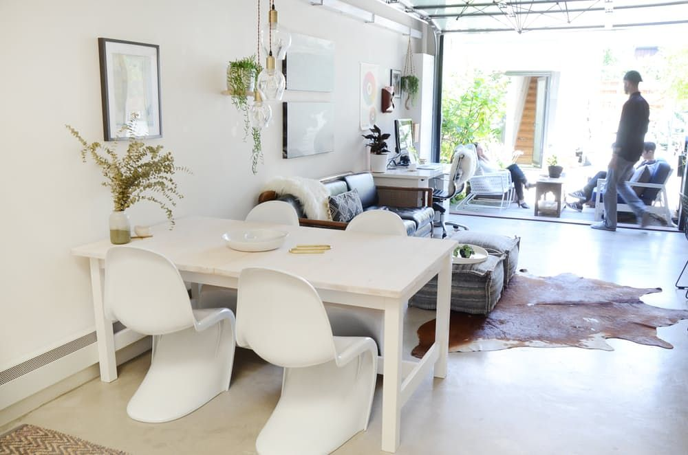 Тавански мебели: масичка от бяло дърво