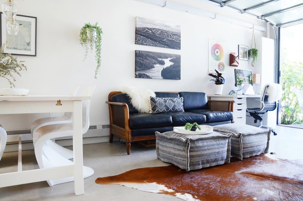 Loftmøbler: grå ottomans i stedet for et bord