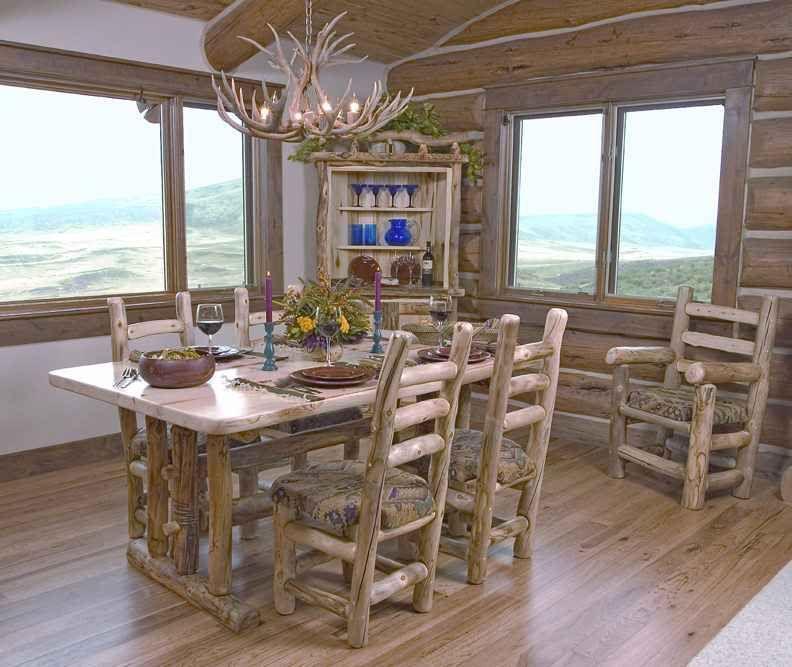 Обеденный стол со стульями в интерьере
