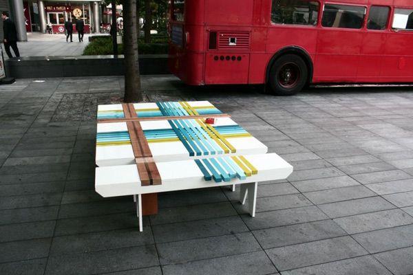 Разноцветная скамека в процессе сборки