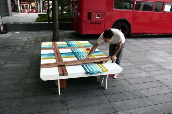 Парень собирает разноцветную скамейку