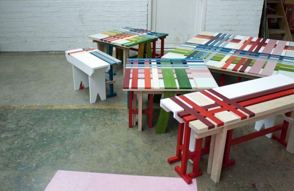 Множество оригинальных разноцветных скамеек