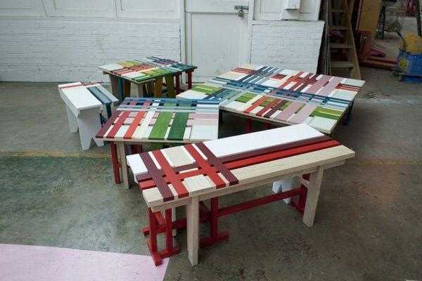 Большое количество оригинальных разноцветных скамеек