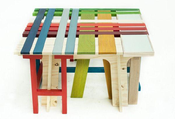 Красивая яркая разноцветная скамейка