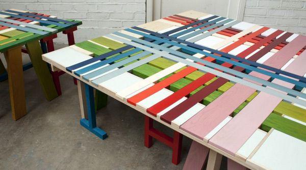 Оригинальные яркие разноцветные скамейки