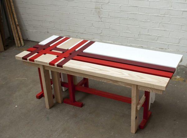Скамейка в красную и бордовую полоски