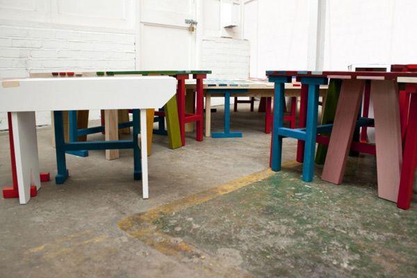 Ножки различных разноцветных скамеек