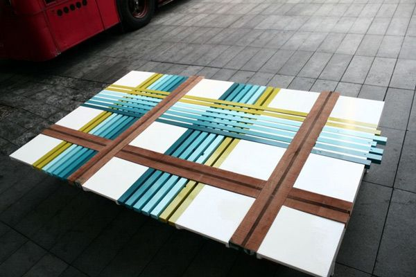 Уникальная скамейка из разноцветных полосок