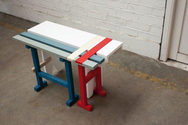 Белая скамейка с синими и красными полосками