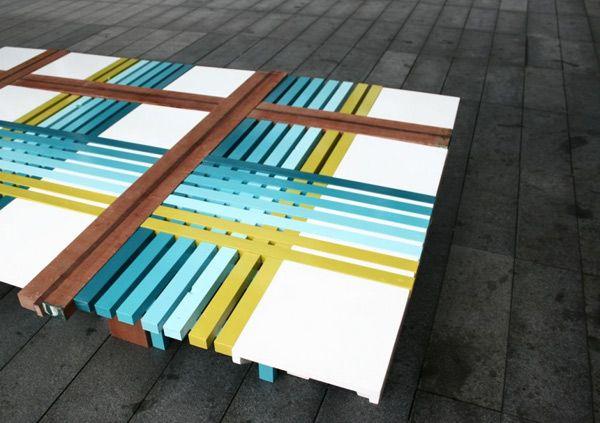 Чудесная скамейка из голубых, салатовых и коричневых полосок