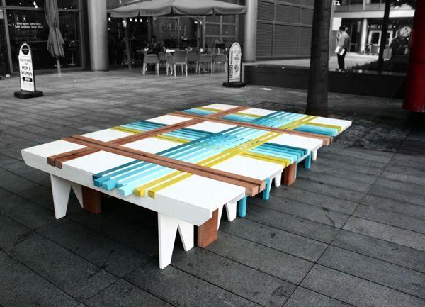 Красивая скамейка из голубых, салатовых и коричневых полосок