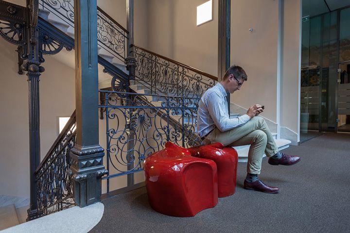 Яркие сиденья у лестницы