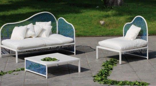 Fauteuil et table basse dans le jardin
