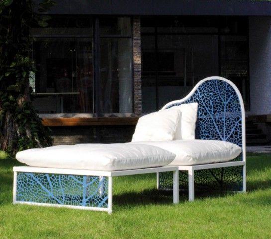 Chaise avec pouf dans le jardin