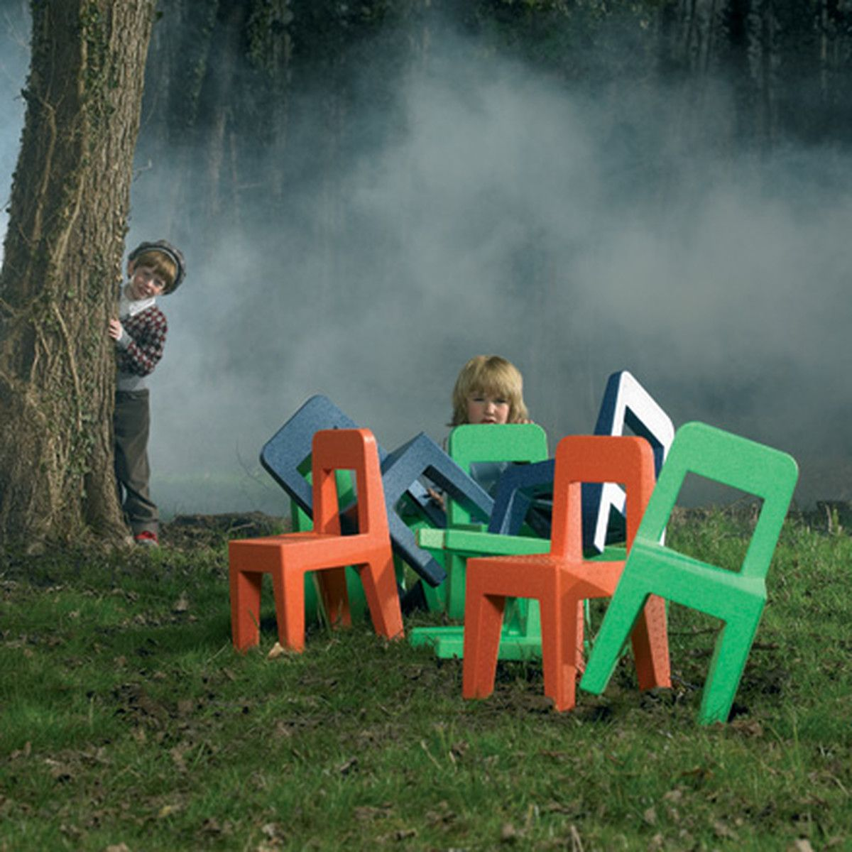 Tables de jardin pour enfants sur l'herbe