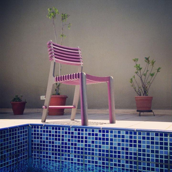 Чудесный стул у бассейна