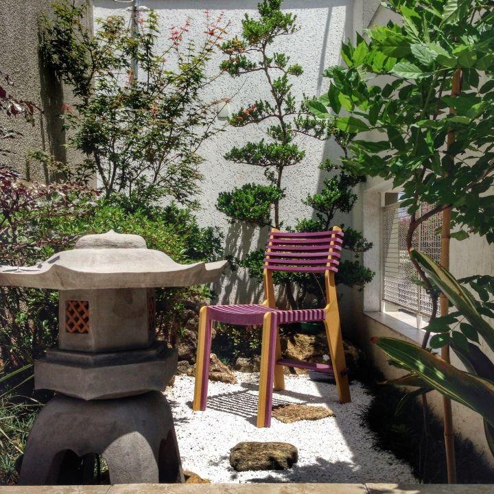 Дизайнерский стул у стола в саду