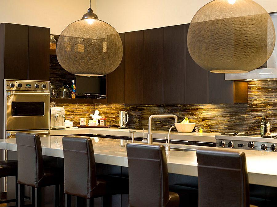 Красивый подвесной светильник с бежевым абажуром на кухне
