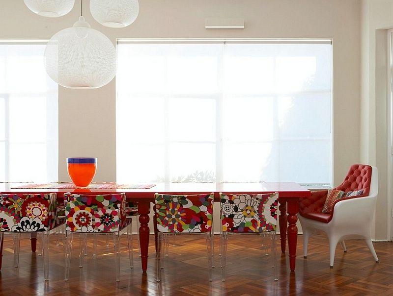 Дивный подвесной светильник с белым абажуром в столовой