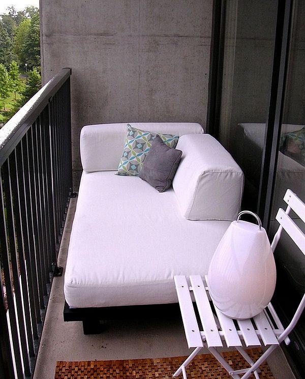 Balkong med hvit sofa og lampe