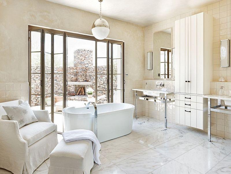 Просторная ванная комната с выходом на улицу