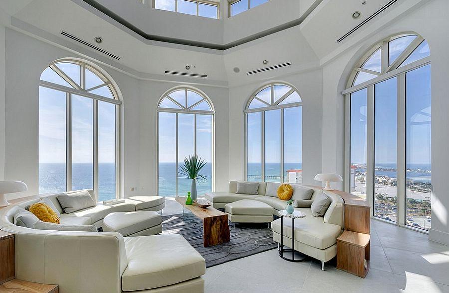 Stue med store vinduer og havutsikt