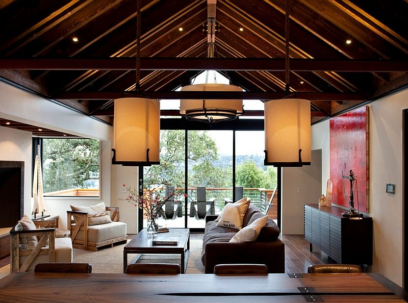 Store lamper i det indre av stuen