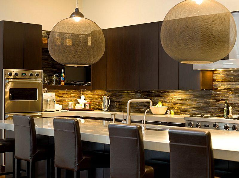 Gjennomsiktige lamper over bordet i interiøret