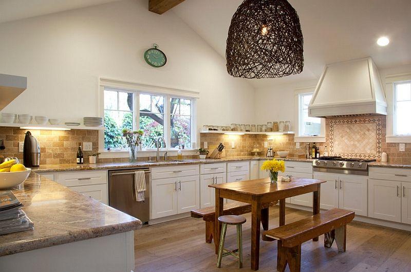 Stor rund lampe på innsiden av kjøkkenet