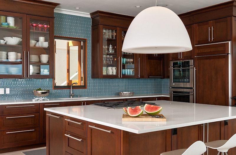 Stor pendellampe over kjøkkenbordet