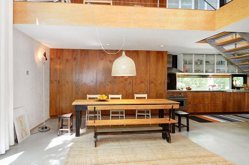 Stor pendellampe over bordet i interiøret