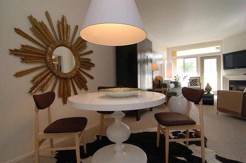 Висяща бяла лампа над масата