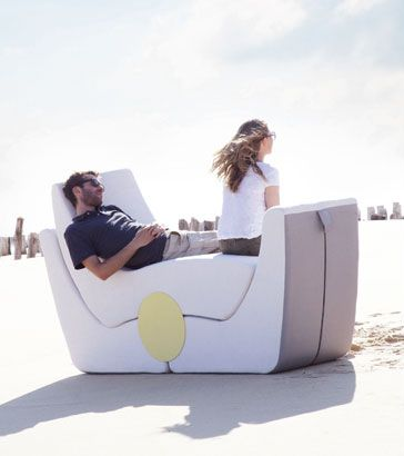 Пара отдыхает на складной мебели