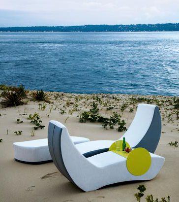 Складная мебель на фоне моря