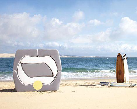 Складная мебель в сложенном виде на пляже