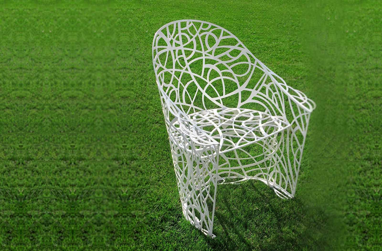 Красивый стул на газоне