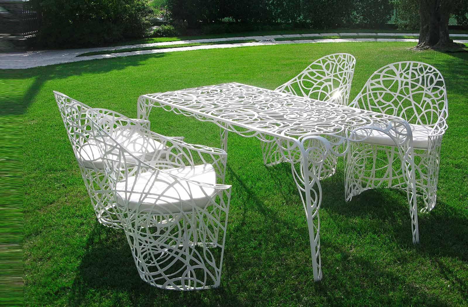 Чудесный стол и стулья на траве