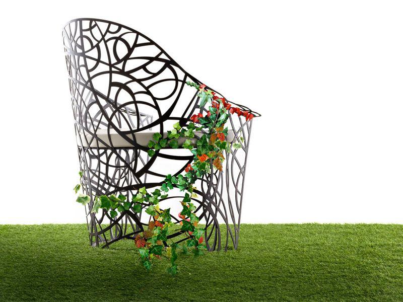 Красивый стул с элементами декора
