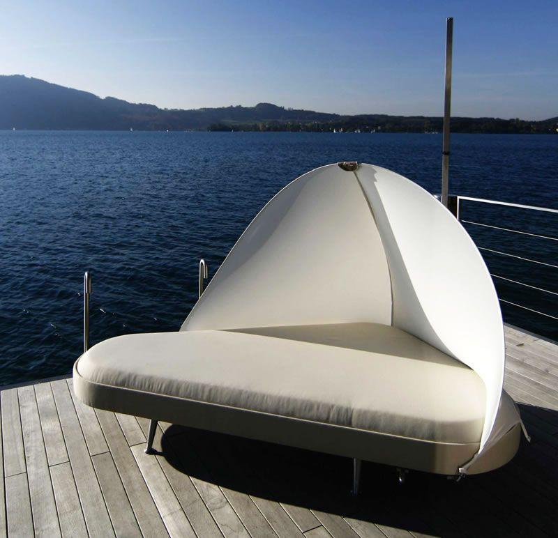Круглая кровать у бассейна
