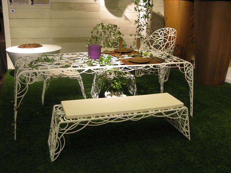 Красивые стулья, скамья и стул на газоне
