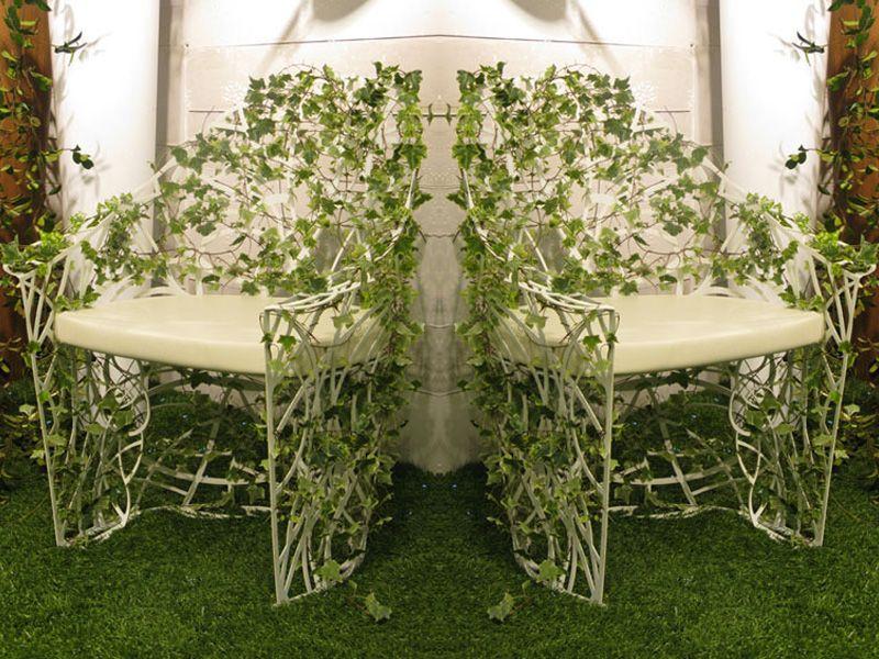 Необыкновенный стулья у стены