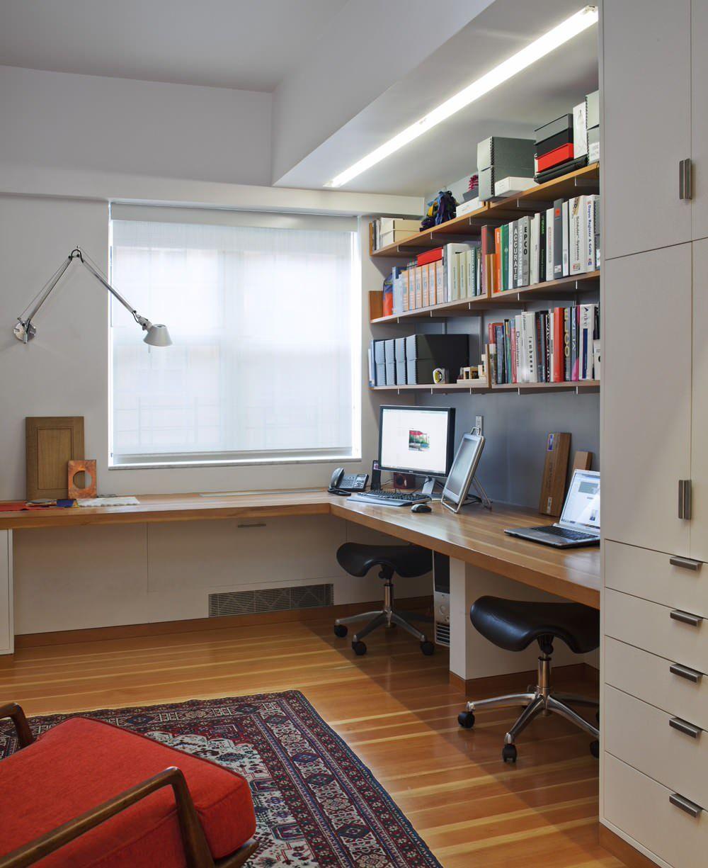 Настенный светильник с поворотным механизмом в домашнем офисе