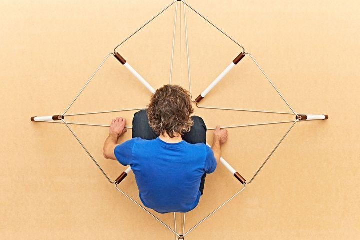 Процесс сборки люстры Mobi Customizable от дизайнера James Dieter