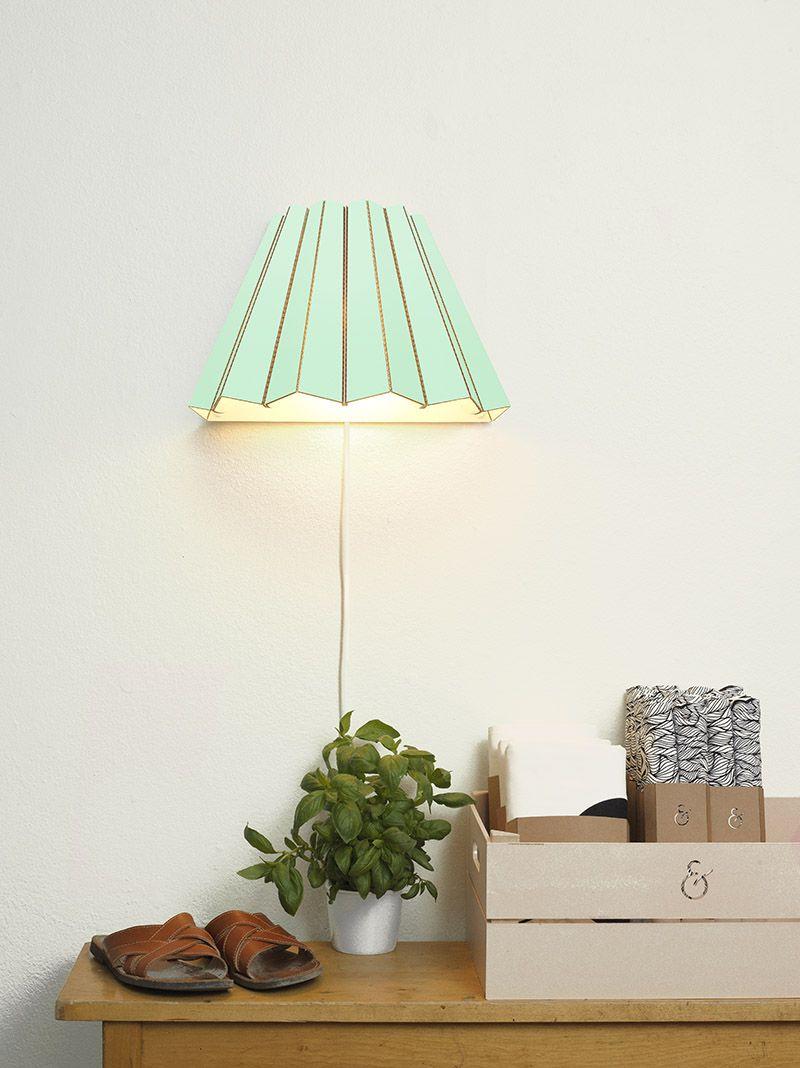 Настенный светильник мятного цвета в интерьере