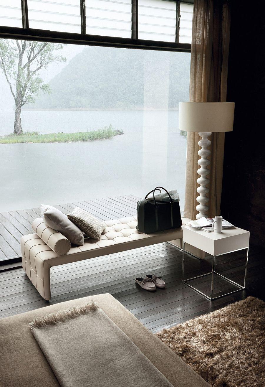Необичайна бяла подова лампа в хола