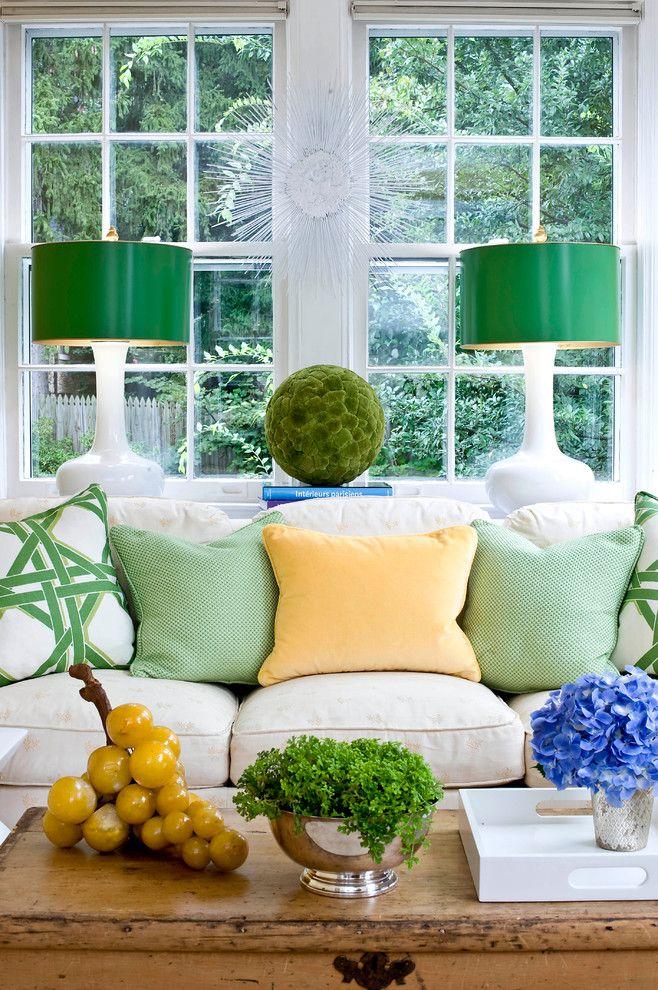 Яркие настольные лампы в интерьере гостиной