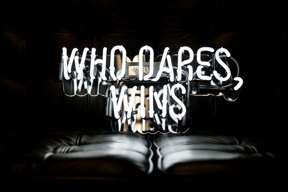 Белая надпись из неоновых ламп