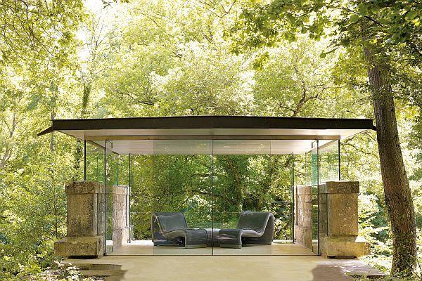 Чудесный шезлонг с стеклянными стенами
