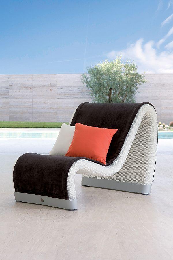 Уникальный шезлонг с подушками на террасе