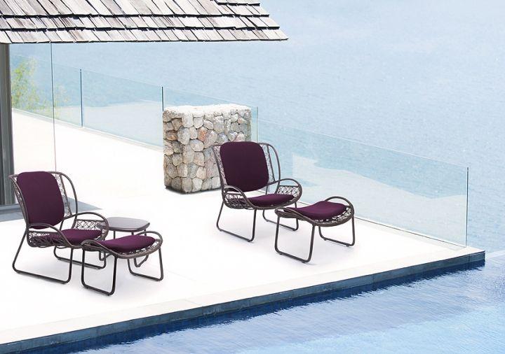 Красиви столове край басейна